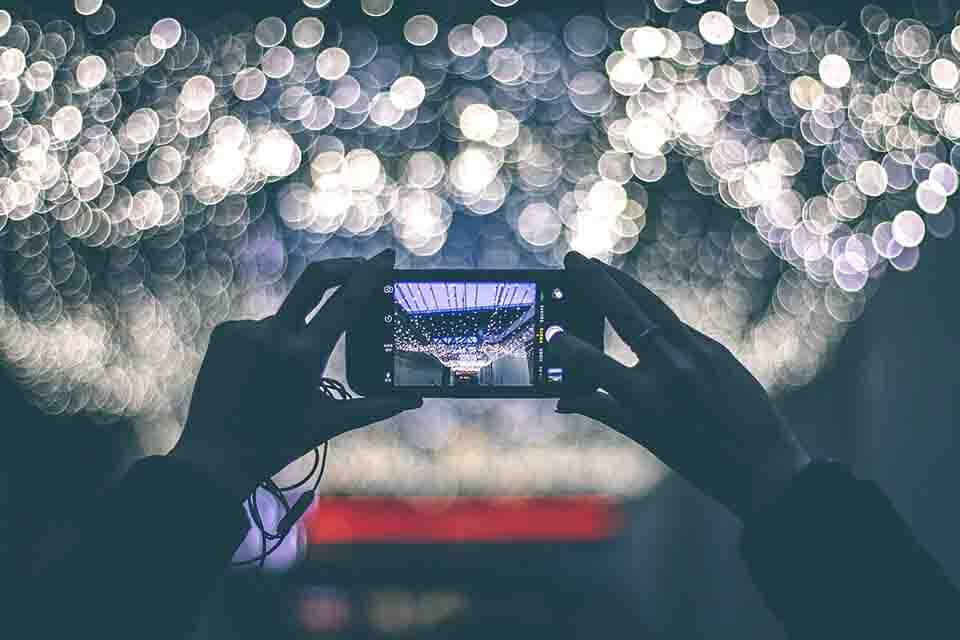 capturing image of lights by using a smartphone