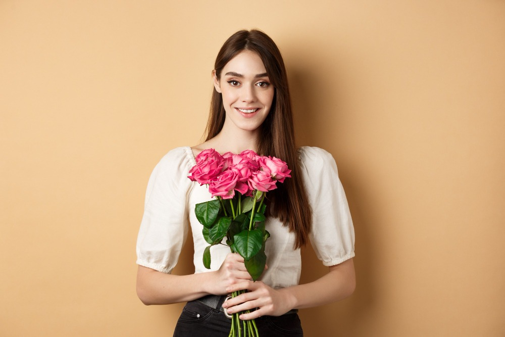 senior picture ideas holding flowers