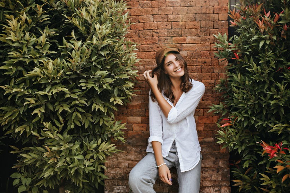 senior picture ideas on a brick wall